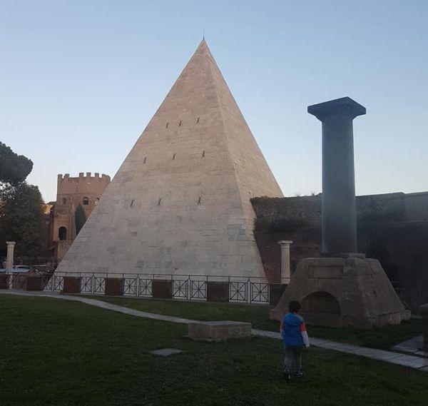 Piramida - cimitirul penticostal unde este înmormântat poetul John Keats