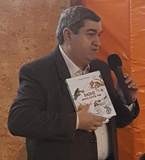 Scriitorul Petre Craciun prezentand cartea sa Basme pentru familia mea