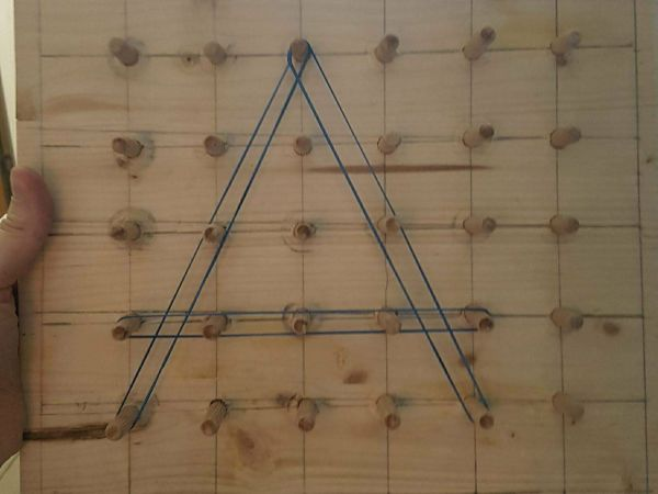 Geoboard – un instrument de manipulare matematică perfect pentru exersat literele
